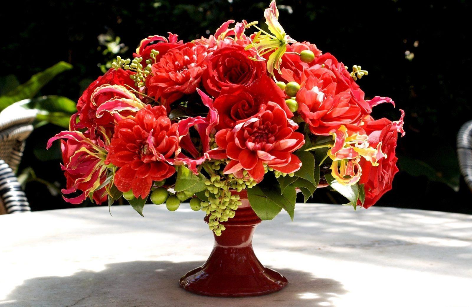 ramo de rosas en un jarrn